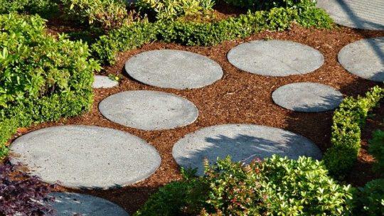 Kiezen voor gras of tegels in de tuin